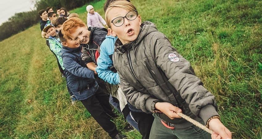 Niños que necesitan ayuda para hacer amigos